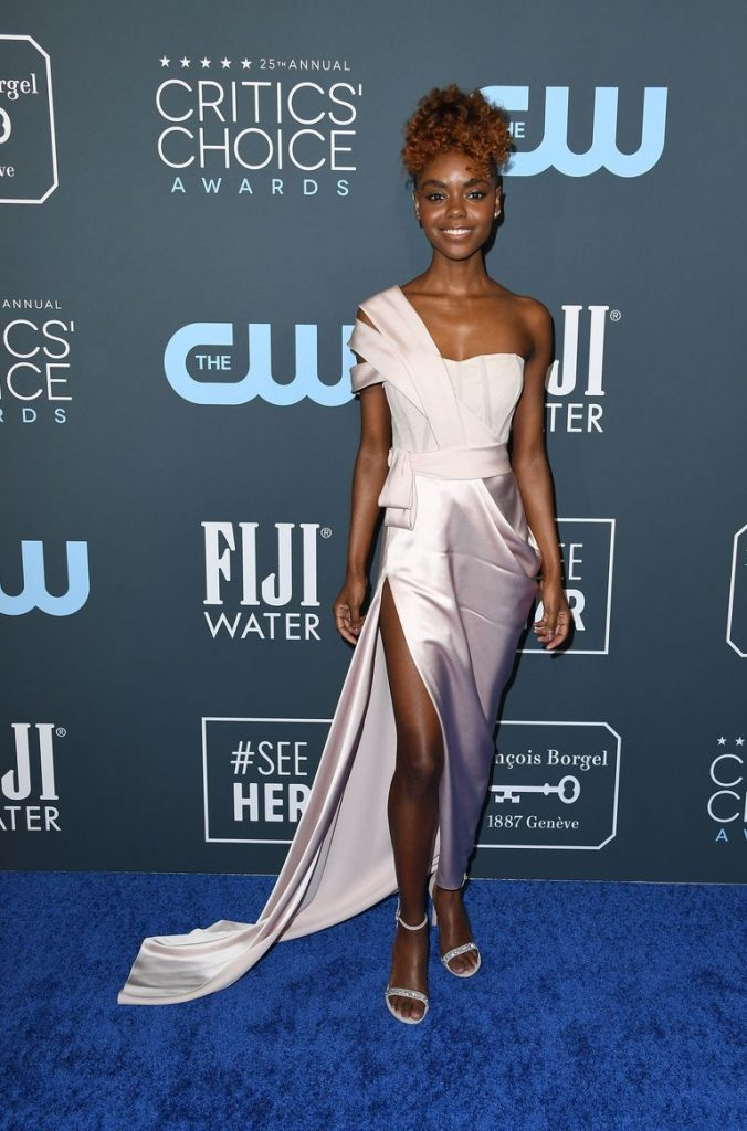 Ashleigh Murray de DKNY no Critics' Choice Awards 2020