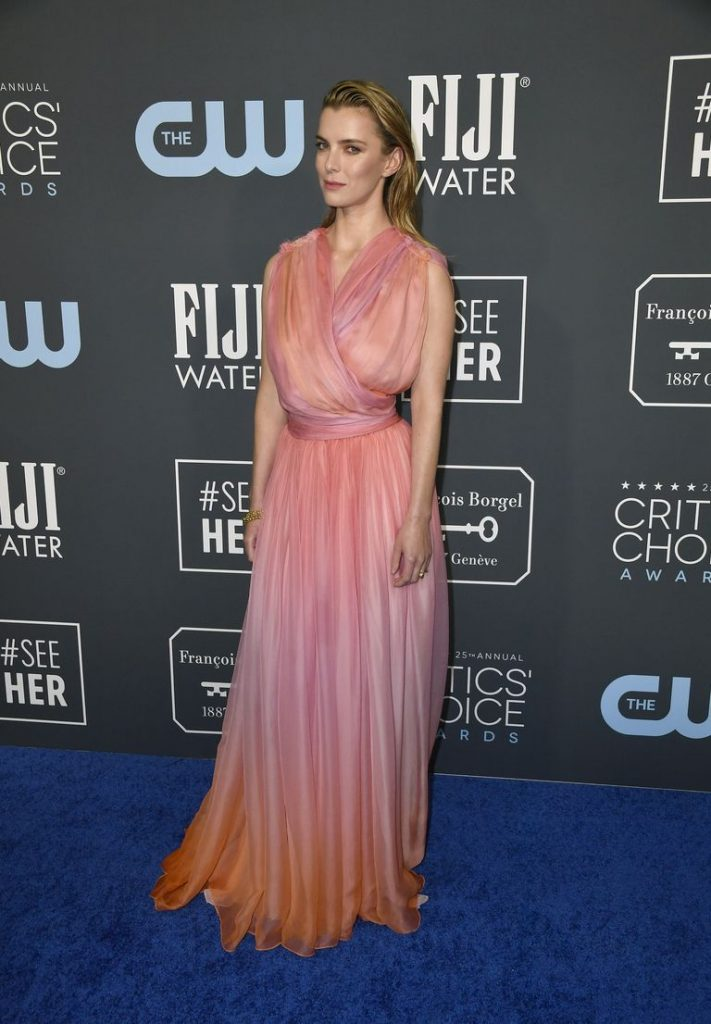 Betty Gilpin de Oscar de la Renta no Critics' Choice Awards 2020