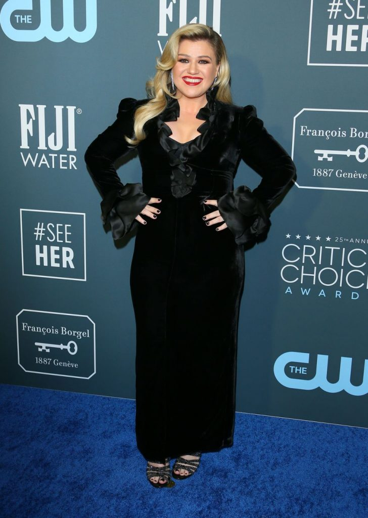 Kelly Clarkson de Alessandra Rich no Critics' Choice Awards 2020
